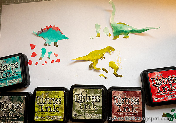 Layers of ink - Dinosaur Cards Tutorial by Anna-Karin Evaldsson. Watercolor the dinosaurs.