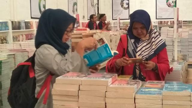 Gudang Buku Gramedia di Jl. Palmerah Barat, selama satu bulan, yakni 1-31 Oktober 2019, menghadirkan diskon buku sebanyak 50 % untuk semua jenis buku. Untuk buku komik, hanya Rp 1000 dengan ketentuan minimal membeli 10 buku (dok.windhu)