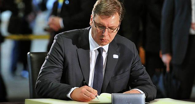 Бићу апсолутно под највећим притиском, проказан и жигосан, али одмах да вам кажем - нећу да потпишем признање независног Косова - рекао је на седници ГО СНС, Александар Вучић, додавши да мора да учествује у дијалогу са Приштином, али и да жели компромис.  #Vučić #Izdaja #Potpis #Косово #Метохија #КМновине #Вести #Kosovo #Metohija #KMnovine #vesti