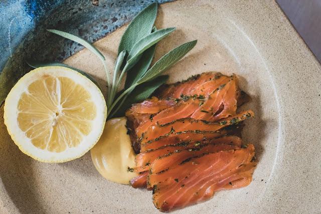 Prato com mostarda dijon, rodela de limão siciliano, salvia e gravad iax