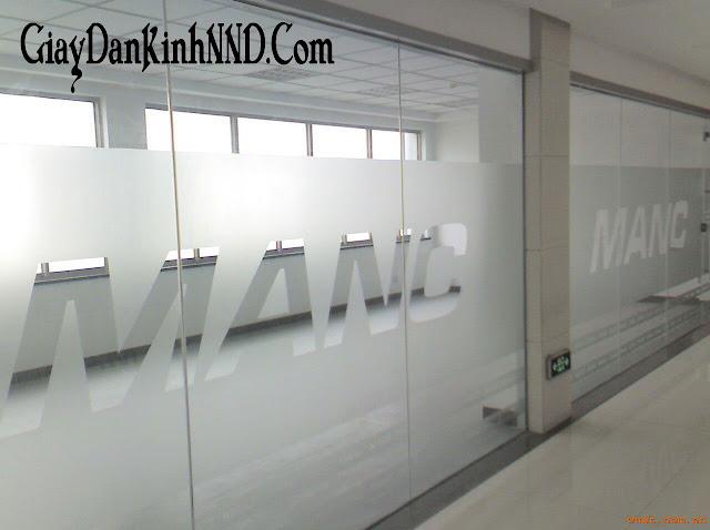 Cắt chữ dài theo vách kính văn phòng