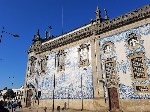 blå kakel byggnader i Porto