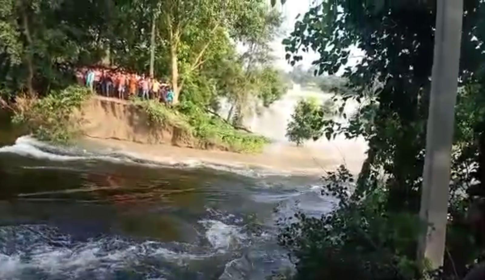बलान नदी के बांध टूटने से गांव में दहशत,लगभग 700 परिवार प्रभावित होने की संभावना! डीएम