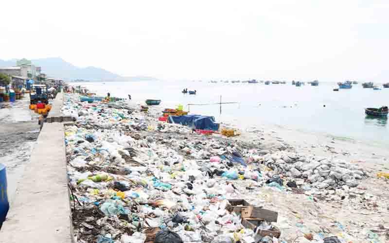Rác thải ven biển Ninh Thuận gây ô nhiễm nghiêm trọng