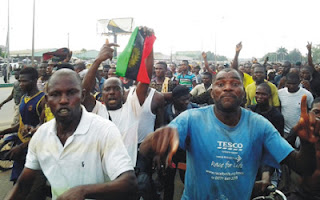 VIDEO: IPOB members in daring confrontation with Nigerian soldiers