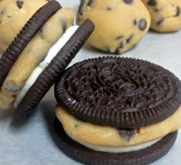 CHOCOLATE CHIP COOKIE DOUGH STUFFED OREOS #desserts #cookies
