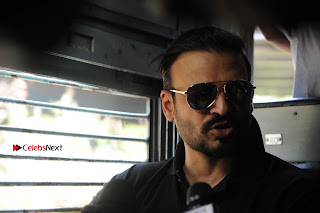 Bollywood Actor Vivek Oberoi Snapped Travelling by Local Train to Kelve  0017.JPG