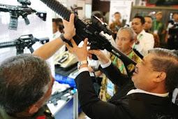 Menhan Malaysia Mohamad Sabu, Minati Medium Tank Harimau Pindad saat pagelaran Indo Defence 2018 Expo & Forum