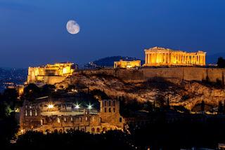 Luna sobre las ruinas de la Acrópolis ateniense.