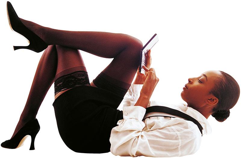 Чернокожая девушка в чулках с ноутбуком