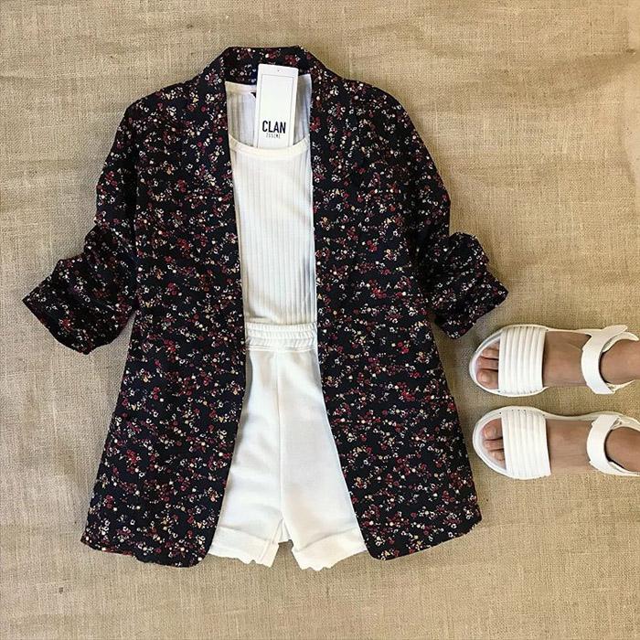 Saco estampado blazer de verano 2020, short blanco y remera de mujer. Moda 2020 looks de verano con precios.