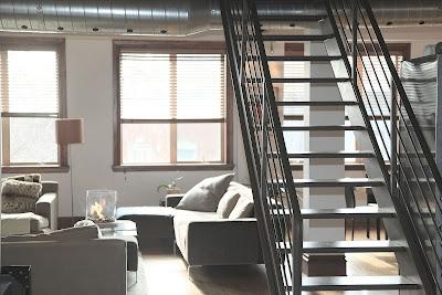 C'est un escalier moderne dans un salon.