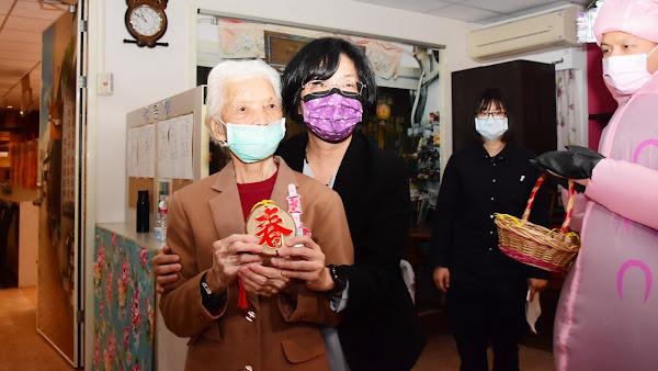 王惠美訪魏愛倫學苑失智日照中心 陪伴長輩寫春聯