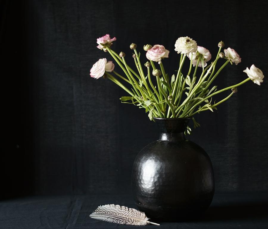 Blog + Fotografie by it's me fim.works - Ranunkeln, schwarze Vase, Perlhuhnfeder