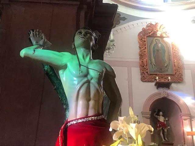 Este viaje ha transcurrido por desiertos llenos de cruces y ángeles:  https://chicosanchez.com/noticias/f/en-la-pe%C3%B1a-de-bernal-con-los-%C3%A1ngeles Presentando mis libros en el Hostal Medieval en las faldas de la Peña de Bernal, en San Sebastián Bernal, en el estado mexicano de Querétaro. #viajes #querétaro #mexico #bernal #libros