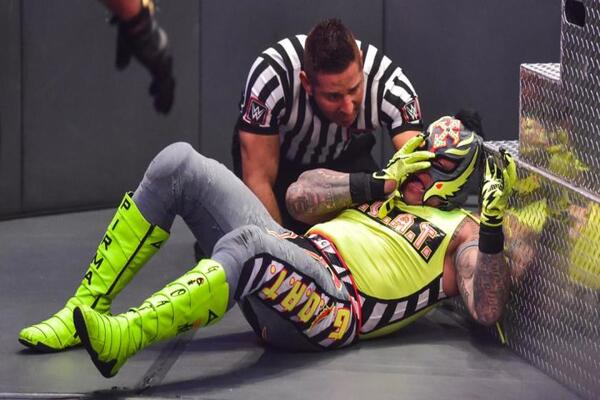 هل أصيب ري ميستيريو بالعمى؟ WWE تنشر تحديثا حول إصابة عينه وموعد عودته