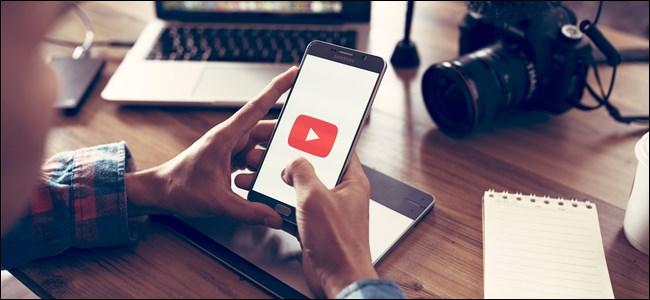 شعار YouTube على هاتف ذكي