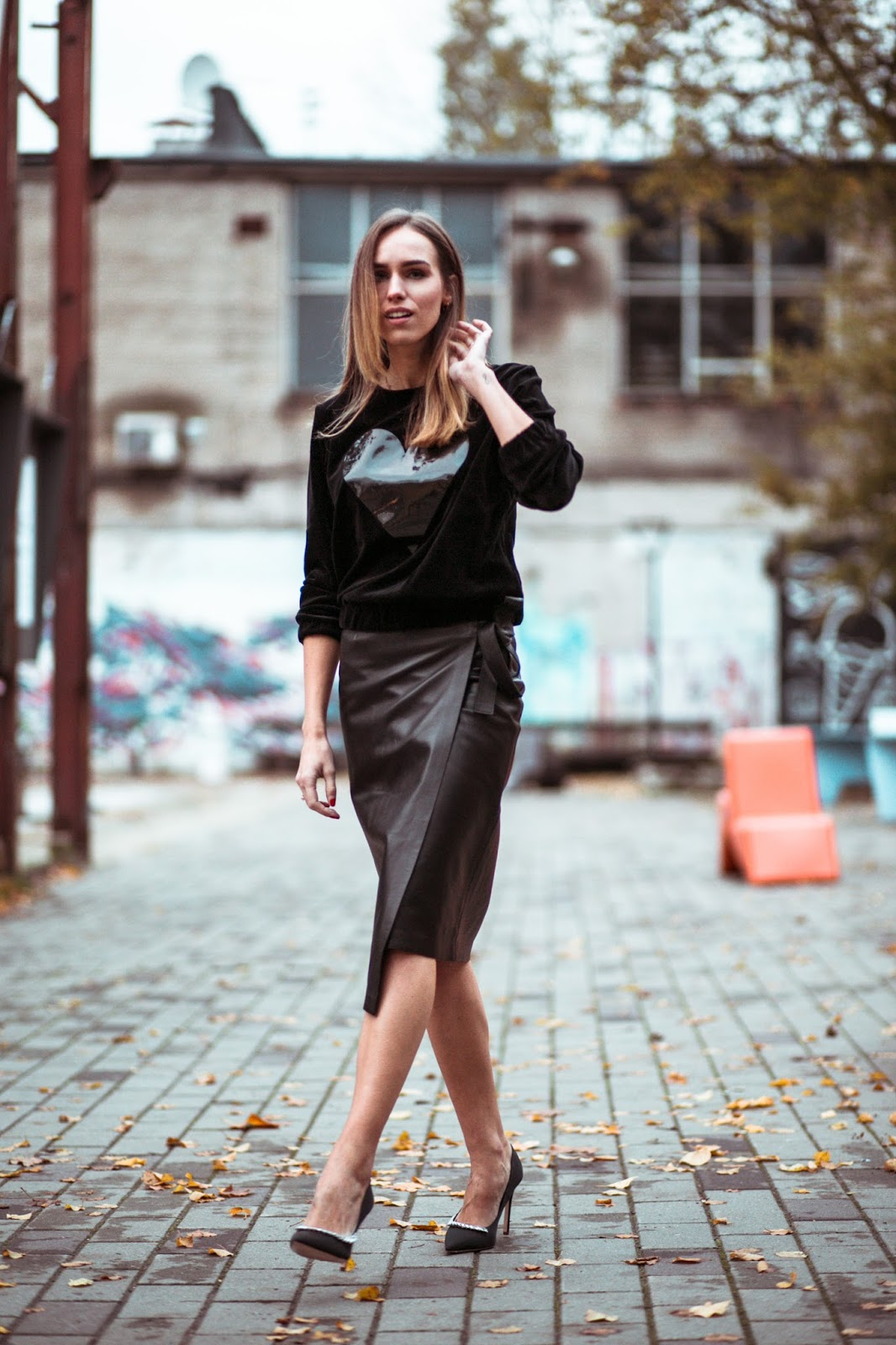 tallinn fw street style black sweatshirt leather midi skirt