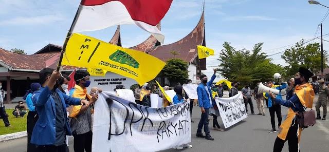 Puluhan Mahasiswa Gelar Aksi Unjuk Rasa,  Tolak Undang-Undang Ciptaker di Gedung DPRD Padang Pariaman