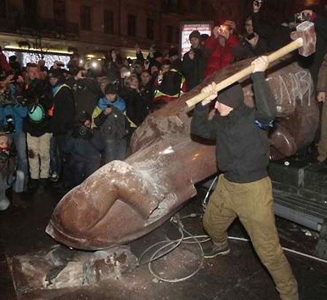 Na Ucrfânia uma das primeiras iniciativas do povo livre foi demolir as estátuas do ditador assassino