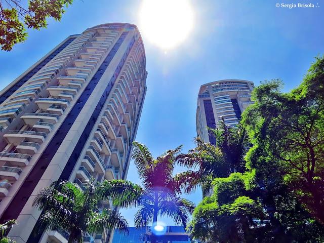 Perspectiva inferior das torres dos Edifícios Flórida Penthouses Smart Living - Cidade Monções - São Paulo