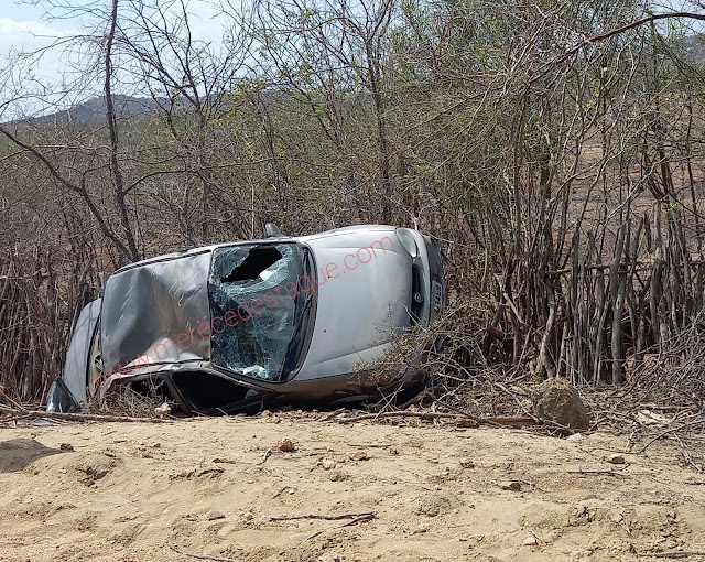 Carro capota na estrada que dá acesso à Vila do Pará
