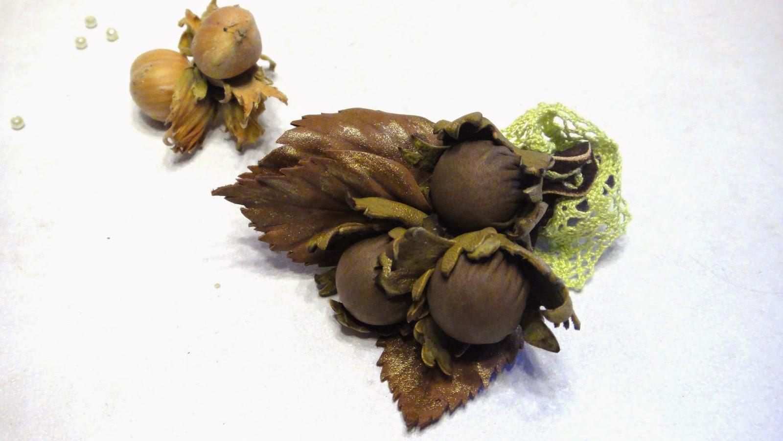Букетик бутоньерка жениха из натуральной кожи - три орешка на веточке