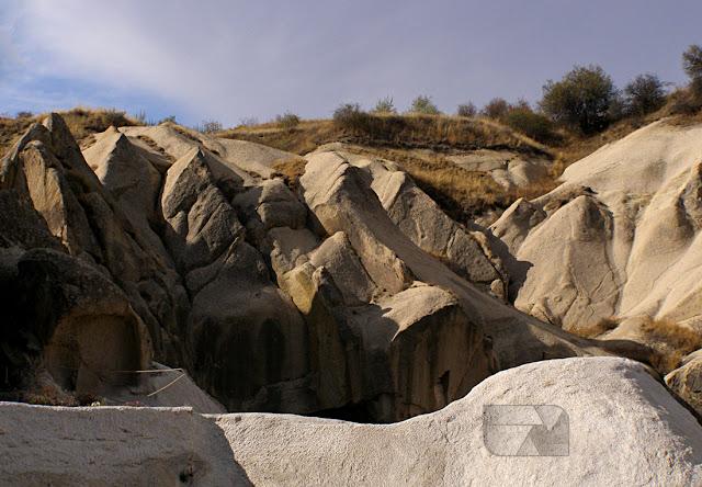 Niezamowite formacje skalne w Dolina Göreme to jedna z największych atrakcji turystycznych w Kapadocji w Turcji.