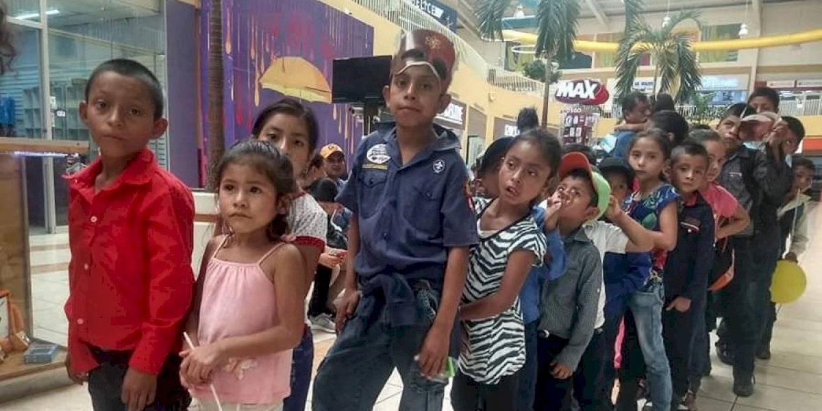 Héroe sin capa: El maestro Edwin Linares reúne fondos para llevar por primera vez al cine a sus alumnos de Chiquimula