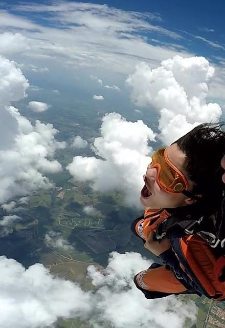 salto de paraquedas de mulher morena