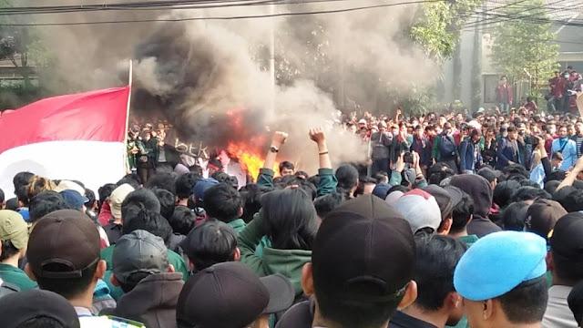 Ribuan Mahasiswa Bandung Teriakkan Revolusi !