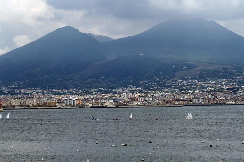 Widok z Neapolu na Wezuwiusz