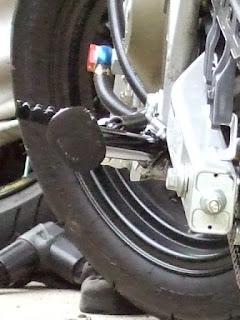XR100モタード ロングサイドスタンドの車体からの張り出し(後ろから)