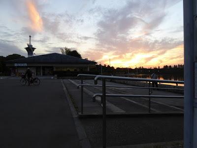 花博記念公園鶴見緑地 夕焼け空 レストハウスつるみの脇にあるスペース