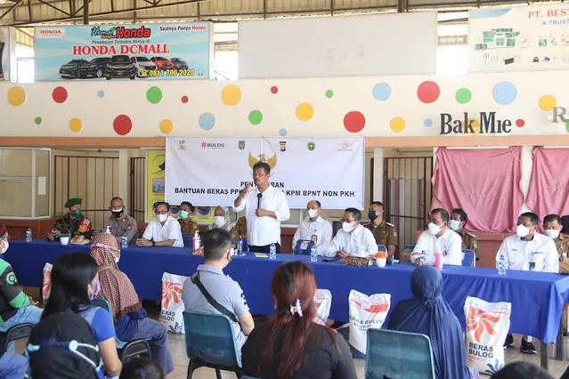 Rudi Serahkan Bantuan Beras BNPT di Kecamatan Lubuk Baja