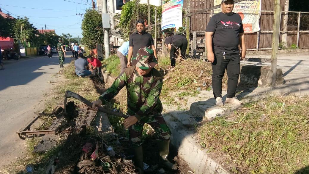Wujudkan Lingkungan Bersih dan Lancarkan Irigasi, Koramil 0906-02/Loa Kulu Karya Bakti Pembersihan Sungai Bersama Warga
