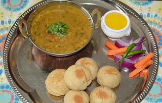 ऐसे बनाइये दाल बाटी सारा परिवार मजे से खायेगा | दाल बाटी रेसिपी इन हिंदी |