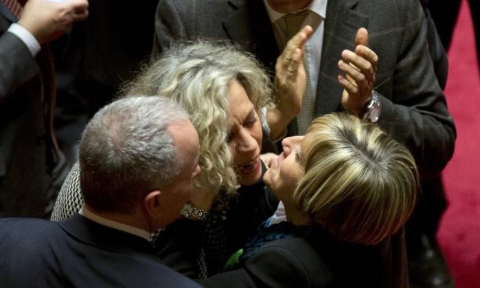 Senado aprova união civil do mesmo sexo na Itália, mas proíbe adoção