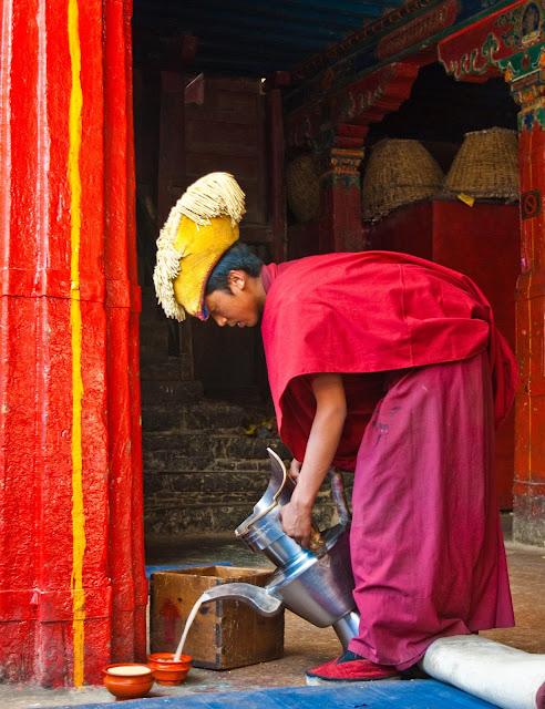 Nếu có dịp đến với Tây Tạng, chắc chắn các bạn sẽ ngỡ ngàng nhận ra, người dân ở một vùng đất vô cùng khắc nghiệt như thế này lại giữ cho mình sự thanh bình trong tâm hồn vào mỗi sáng bình minh, hoặc cả buổi trưa và chiều tối khi lúc nào cũng thong thả thưởng thức cốc trà nóng ấm trên tay. Với họ, trà ngoài là một loại thức uống từ thiên nhiên còn là quốc hồn, quốc túy của cao nguyên Tây Tạng.