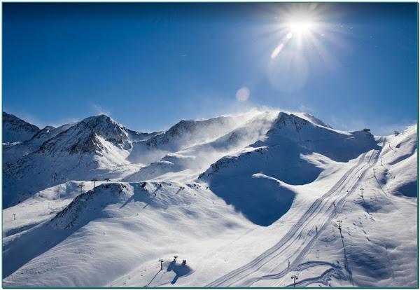 La neige ce matin sur le Pas de la Case Andorre. Pyrénées Andorra Ski Grandvalira 210 km. Plus grande station du sud de l'Europe. Réserver sans crainte votre appartement ou Gite vacances! Vous donner les moyens de réserver et de voyager au Pas de la Casa en Andorre en toute sérénité est notre priorité. Grifo Vacances, tous nos logements suivent tous un protocole de désinfection VIP Protection COVID-19. Vivez vos vacances ski en indépendant, sans risque, comme à la maison!. Tel un gîte plus vos pistes de ski au pied de votre Résidence au Pas de la Case en Andorre, skier en totale sécurité et protection totale COVID-19 dans l'appartement ou le chalet chez nous au Pas de la Case. Nous nous engageons à vous offrir les moyens de réserver avec flexibilité et de vous accueillir à Grandvalira Soldeu El Tarter et Pas de la Casa (Location vacances ski Andorra) en vous garantissant le meilleur niveau de sécurité aux Pyrénées avec notre garantie sérénité totale. grifovacances@andorre.ad WhatsApp +33602167112 - Tel. +376855250. . . . #vacancesski #vacancesski2020 #vacancesskienfamille #vacancesskis #vacancesski #vacancesskineige #ski #vacances #locationvacances #nature #sportsdhiver #vacation #montain #lamontagne #luxury #luxuryplaces #premiumchalet #locationchalet #gitedecharme #locationgite #rbnb #chaletdemontagne #montagne #hiver #neige #skiholidays #vacancesdhiver