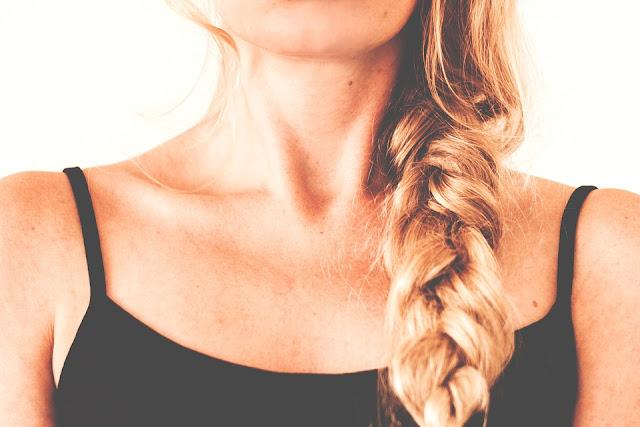 yanık saçları olan kadın