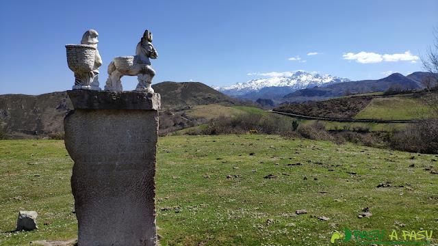 Monolito en recuerdo a los pastores con Picos de Europa por detrás, Cangas de Onís