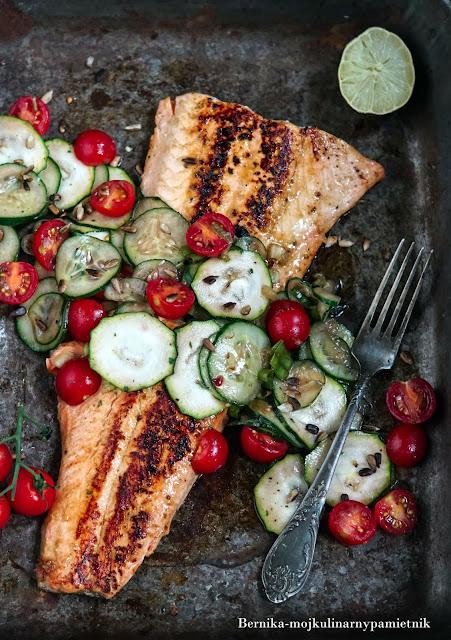 losos, ryba, grill, obiad, filet, bernika, cukinia, salatka, kulinarny pamietnik