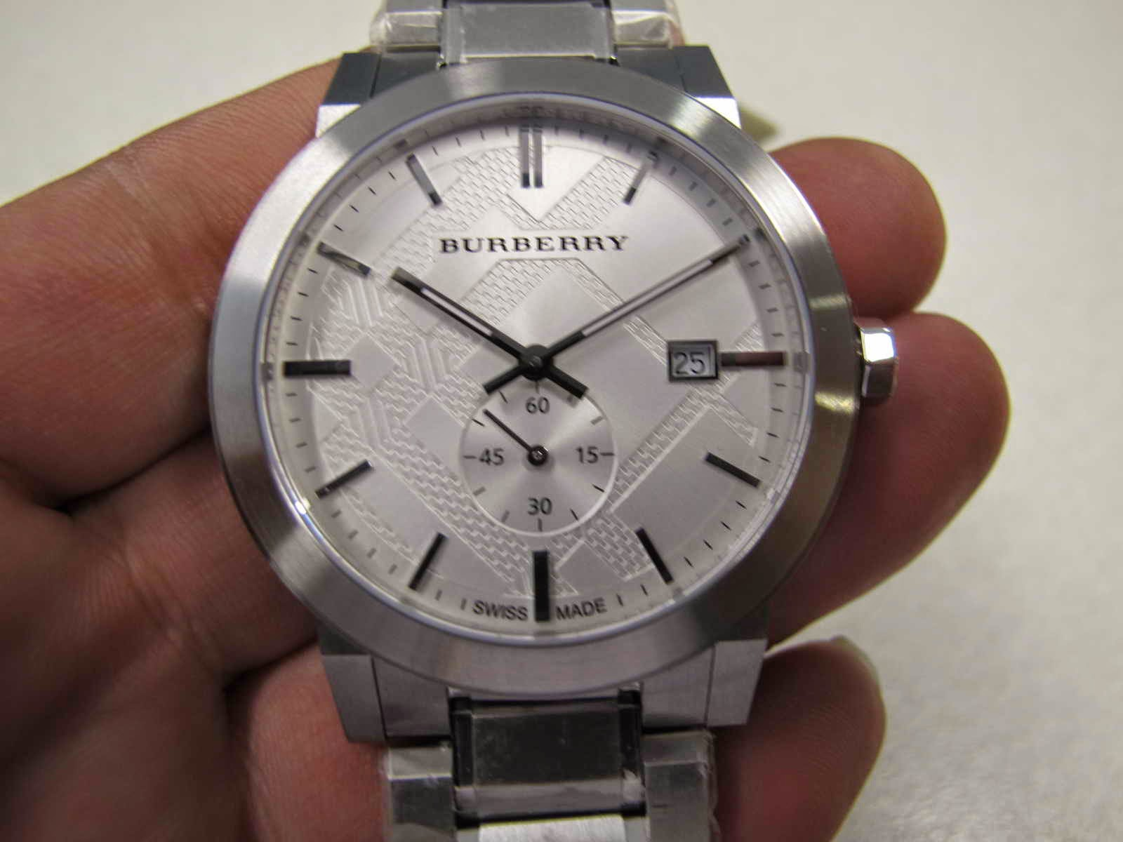 Cocok untuk Anda yang sedang mencari jam tangan dengan warna dial putih  bertekstur.... sub second... BURBERRY SUB SECOND. be2d326233