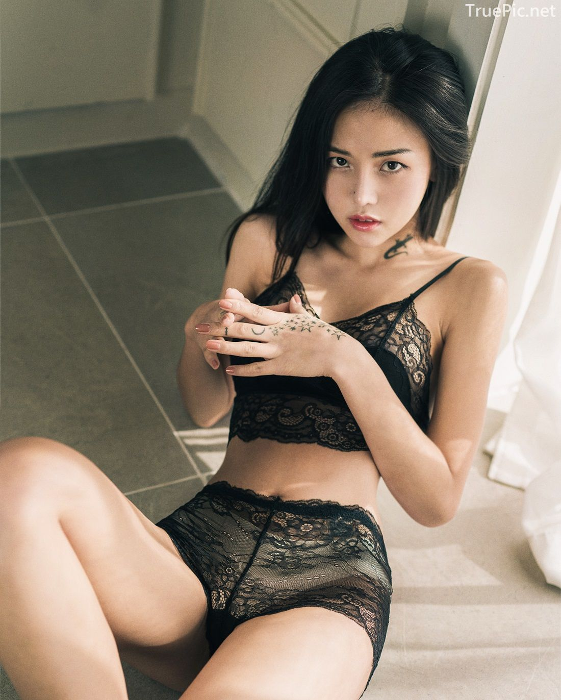 Baek-Ye-Jin-model-hot-images-Back-and-White-lingerie-set-TruePic.net- Picture-6