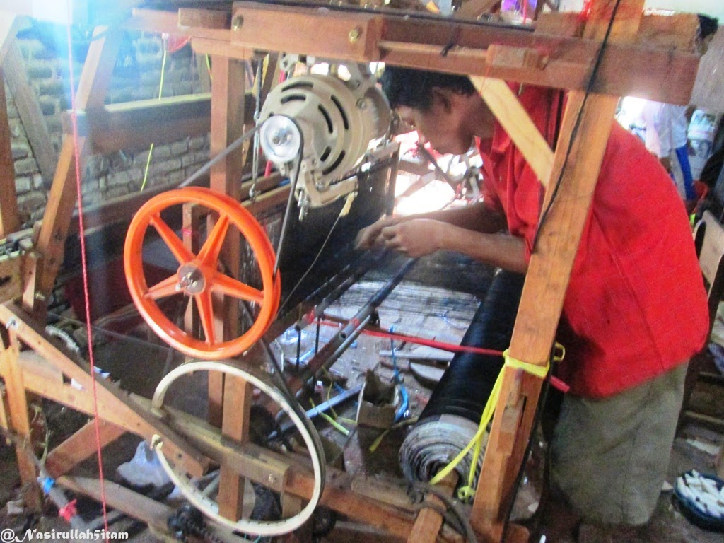 Mengunjungi salah satu rumah pembuatan kain tenun Troso