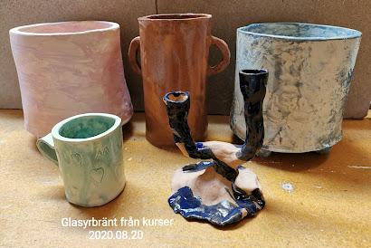 Nu har jag glasyrbränt mycket från kurser och vill du hämta hem det du har skapat så går det bra att komma ikväll kl. 18-19 På måndagskvällar är det öppet 18-19 om man Bara vill titta in på keramik, hämta eller köpa. Sen är det bokade kurser resten av veckan!