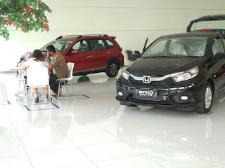 Konsumen mengunjungi salah satu dealer resmi honda di bekasi yakni Honda Prima Harapan indah