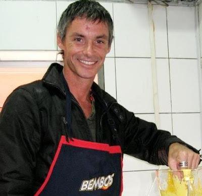 Foto de Jean Paul Strauss con mandil para cocinar