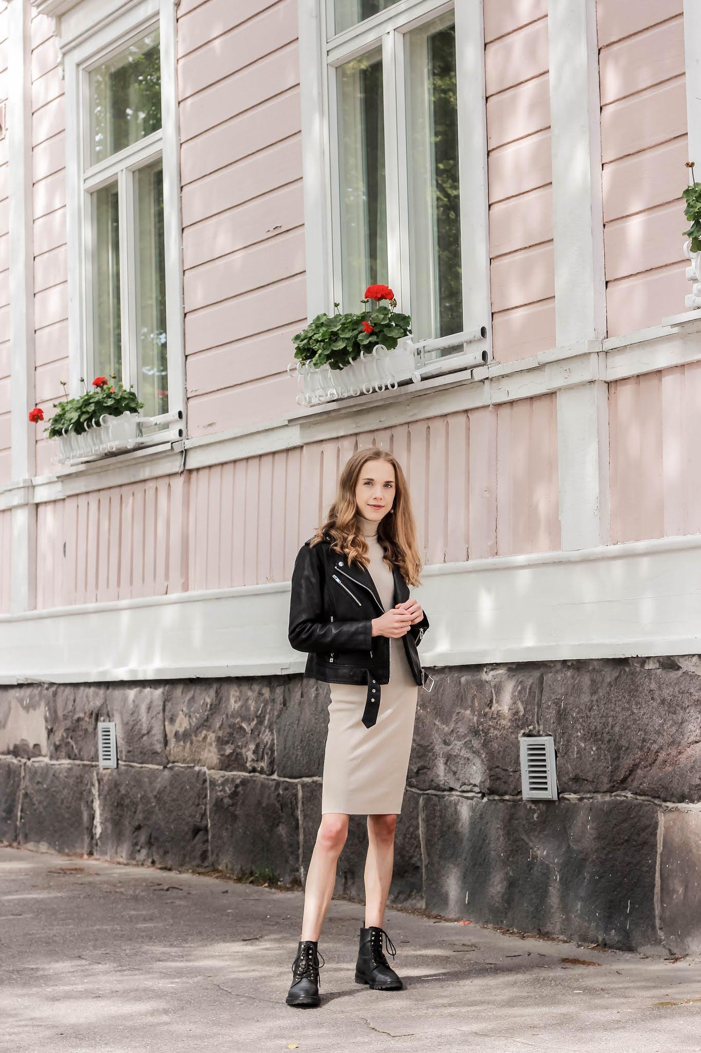 Beige jumper dress and leather jacket outfit - Välikausipukeutuminen kesästä syksyyn, neulemekko ja nahkatakki